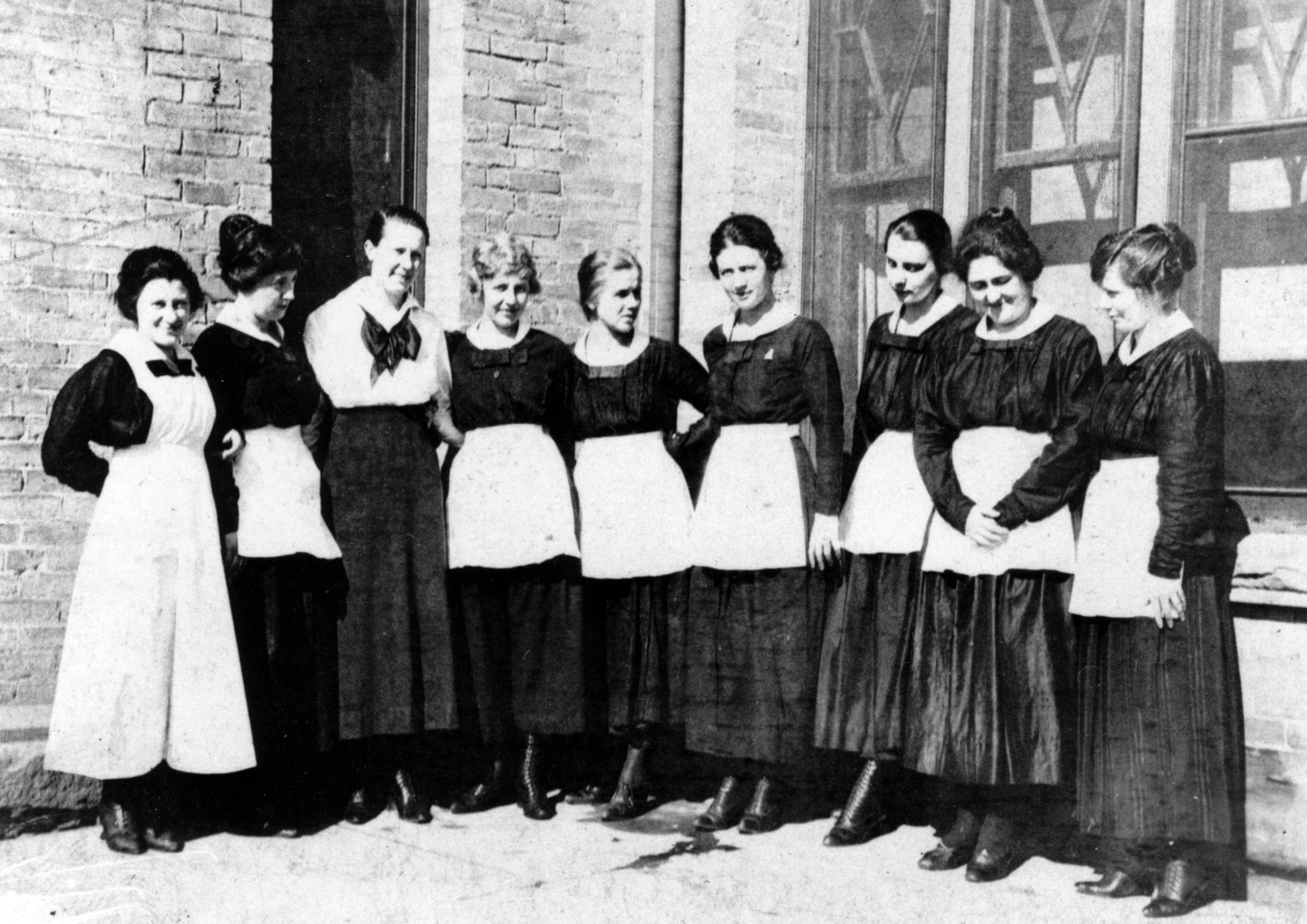 harvey girls Painted desert inn lunch room, harvey girls posing as the public [pefo 26256] nps can you remember how you felt when you left home for the first time.